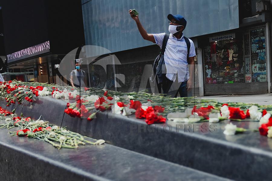 Nova York (EUA), 04/06/2020 - Protesto / Estados Unidos - Flores deixadas durante atos é visto na Times Square em Nova York nos Estados Unidos nesta quinta-feira, 04.   Em reconhecimento à raiva, tristeza, incerteza e medo que está pulsando pela cidade neste momento, organizamos aleatoriamente uma pilha de 5000 rosas vermelhas e brancas na Times Square.  As 2500 rosas vermelhas representam a raiva e o sangue de vidas negras perdidas pela injustiça, as 2500 rosas brancas representam a esperança de que a mudança finalmente chegará, e as 5000 rosas representam coletivamente a esperança de que o poder do amor nos permita ouvir um ao outro e curar  entre si.  Todas as rosas têm espinhos, que simbolizam a dor do momento atual e a dor da mudança. Protestos em todo o país foram motivados depois da morte de George Floyd no dia 25 de maio, após de ser asfixiado por 8 minutos e 46 segundos pelo policial branco Derek Chauvin em Minneapolis, no estado de Minnesota. ( (Foto: Vanessa Carvalho/Brazil Photo Press)