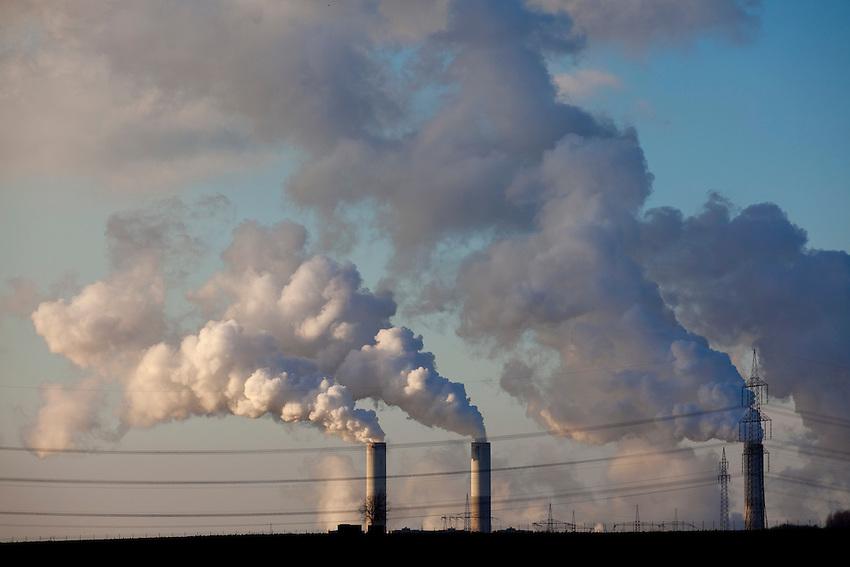 Europa, DEU, Deutschland, Nordrhein Westfalen, NRW, Rheinland, Niederrhein, Grevenbroich, Kraftwerk Frimmersdorf, Braunkohlekraftwerk, Rauch, Schornstein, Kategorien und Themen, Umwelt, Umweltschutz, Umweltverschmutzung, Umweltprobleme, Umweltbelastung, Umweltzerstoerung, Umweltsuender, Umweltverbrechen, Umweltthema, Umweltthemen, Industrie, Industriefotografie, Wirtschaft, Wirtschaftsthemen, Technik, Technologie, Technologien<br /> <br /> [Fuer die Nutzung gelten die jeweils gueltigen Allgemeinen Liefer-und Geschaeftsbedingungen. Nutzung nur gegen Verwendungsmeldung und Nachweis. Download der AGB unter http://www.image-box.com oder werden auf Anfrage zugesendet. Freigabe ist vorher erforderlich. Jede Nutzung des Fotos ist honorarpflichtig gemaess derzeit gueltiger MFM Liste - Kontakt, Uwe Schmid-Fotografie, Duisburg, Tel. (+49).2065.677997, <br /> archiv@image-box.com, www.image-box.com]