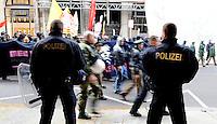 """Bundesweite Demonstration von linken Gruppierungen in der Leipziger Innenstadt - vom Bahnhof durch die Stadt zogen ca. 1000 Demonstranten - unter einem auf 3000 Teilnehmer ausgerichteten enormen Polizeiaufgebot - durch die City - im Bild: Mit dem Motto """"Still not loving Germany"""" verkündeten sie ihre Vorstellungen von der Welt ohne Nationen - FEATURE - zwei Polizisten bewachen den Vorbeizug der Demonstranten. Foto: Norman Rembarz..Norman Rembarz , Autorennummer 41043728 , Holbeinstr. 14, 04229 Leipzig, Tel.: 01794887569, Hypovereinsbank: BLZ: 86020086, KN: 357889472, St.Nr.: 231/261/06432 - Jegliche kommerzielle Nutzung ist honorar- und mehrwertsteuerpflichtig! Persönlichkeitsrechte sind zu wahren. Es wird keine Haftung übernommen bei Verletzung von Rechten Dritter. Autoren-Nennung gem. §13 UrhGes. wird verlangt. Weitergabe an Dritte nur nach  vorheriger Absprache.."""