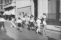Niños jugando al fútbol en la calle, Buenos Aires c.1935.