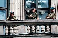 LETTLAND, 21.08.1991.Riga.Waehrend des Anti-Gorbatschow-Putsches versuchen sowjetische Truppen, die Kontrolle ?ber Riga zu erhalten, mit dem Scheitern des Putsches gewinnt Lettland endgueltig seine Unabhaengigkeit. Ð Sowjetische Fallschirmjaeger mit AK-47 Sturmgewehren auf dem Balkon des besetzten Rundfunkgebaeudes am Domplatz..During the anti-Gorbachev-coup Soviet troops try to obtain control of Riga. With the failure of the coup Latvia finally regains its independence. - Soviet paratroopers with their AK-47 assault rifles on the balcony of the occupied public radio central at the cathedral square..© Martin Fejer/EST&OST