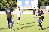 Co-Trainer  Jonas Erbach (Waldalgesheim) leitet das Aufwärmtraining - SV Alem. Waldalgesheim trifft in der 1. Runde des DFB-Pokal auf Bayer Leverkusen und spielt gegen Ingelheim den Saisonauftakt