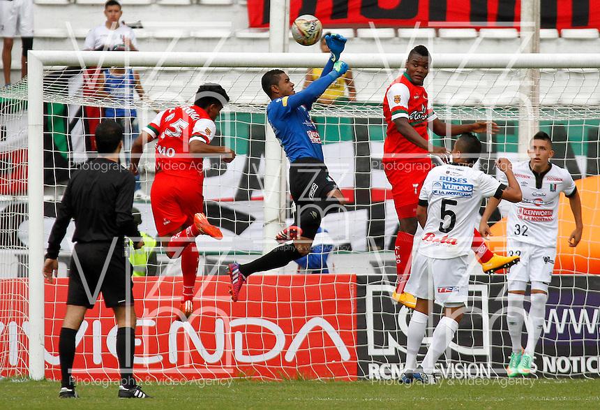 MANIZALES - COLOMBIA, 02-05-2015: Jose Cuadrado (C) arquero de Once Caldas salta por el balón con Juan Roa (Izq.) jugador de Cortulua durante  partido Once Caldas y Cortulua por la fecha 18 de la Liga de Aguila I 2015 en el estadio Palogrande en la ciudad de Manizales. / Jose Cuadrado (C) goalkeeper of Once Caldas jumps for the ball with Juan Roa (L) jugador of Cortulua during a match between Once Caldas and Cortulua for the date 18 of the Liga de Aguila I 2015 at the Palogrande stadium in Manizales city. Photo: VizzorImage / Santiago Osorio / Cont