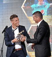 BOGOTA-COLOMBIA-21-01-2016: Farid Mondragon (Der.), ex arquero de la Selección Colombia entrega el trofeo a Nicolas Vikonis (Izq.), portero de Millonarios como mejor Atajada de la Liga Aguila II, durante sorteo de la Dimayor para el campeonato de la Liga Aguila I 2015. / Farid Mondragon (L) Colombian Team former goalkeeper presents the trophy to Nicolas Vikonis (R) goalkeeper of Millonarios, the trophy to the best catch of La Liga Aguila II, during the draw for the championship Dimayor Liga Aguila I 2015. Photo: VizzorImage / Luis Ramírez / Staff.