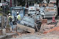 Campinas (SP), 22/11/2019 - OBRAS BRT- Carro cai nas obras do BRT na Av. Amoreiras, no Jd do Lago, na cidade de Campinas (SP). (Foto: Denny Cesare/Codigo 19/Codigo 19)