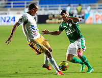 CALI -COLOMBIA-05-10-2013. Vladimir Marin (D) del Deportivo cali disputa el balón con Sergio Otalvaro (I) del Tolima durante partido válido por la fecha 14 de la Liga Postobón II 2013 jugado en el estadio Pascual Guerrero de la ciudad de Cali./ Deportivo Cali player Vladimir Marin (R) fights for the ball with Tolima player Sergio Otalvaro (L) during match valid for the 14th date of Postobon League II 2013 played at Pascual Guerrero stadium in  Cali city.Photo: VizzorImage/Juan C. Quintero/STR