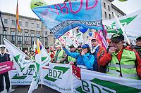 Warnstreik und Demonstration zur Einkommensrunde Bund/Kommunen<br />Am Montag den 24. Maerz 2014 ingen in Berlin mehere hundert Beamte und Angestellte des Oeffentlichen Dienst mit einem Warnstreik auf die Strasse. Sie fordern von den oeffentlichen Arbeitgebern +100,- Euro mehr Lohn und eine Lohnerhoehung von +3,5 Prozent. Die Streikenden zogen mit einer Demonstration vor das Bundesfinanzministerium. <br />24.3.2014, Berlin<br />Copyright: Christian-Ditsch.de<br />[Inhaltsveraendernde Manipulation des Fotos nur nach ausdruecklicher Genehmigung des Fotografen. Vereinbarungen ueber Abtretung von Persoenlichkeitsrechten/Model Release der abgebildeten Person/Personen liegen nicht vor. NO MODEL RELEASE! Don't publish without copyright Christian-Ditsch.de, Veroeffentlichung nur mit Fotografennennung, sowie gegen Honorar, MwSt. und Beleg. Konto:, I N G - D i B a, IBAN DE58500105175400192269, BIC INGDDEFFXXX, Kontakt: post@christian-ditsch.de]