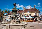 Frankreich, Bourgogne-Franche-Comté, Département Jura, Poligny (Jura): Brunnen und das Café du Centre auf dem Place des Déportés im Zentrum der Altstadt | France, Bourgogne-Franche-Comté, Département Jura, Poligny (Jura): fountain and Café du Centre at square Place des Déportés in old town centre