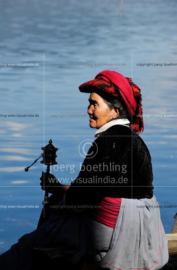 CHINA Yunnan, Lugu Lake , ethnic minority Mosuo who are buddhist and women have a matriarch / CHINA Provinz Yunnan , ethnische Minderheit Mosuo am Lugu See , die Mosuo sind Buddhisten und Mosuo Frauen ueben ein Matriarchat aus