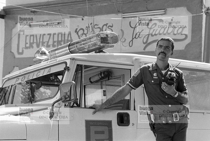 - Venezuela, La Guaira, pattuglia di polizia (1987)<br /> <br /> - Venezuela, La Guaira, police patrol (1987)