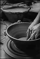 """Europe/France/Languedoc-Roussillon/11/Aude/Castelnaudary: Fabrication des cassoles pour le cassoulet à la poterie """"Not"""""""