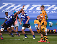 31st August 2020; Recreation Ground, Bath, Somerset, England; English Premiership Rugby, Zach Mercer of Bath tries to charge down the kick from Dan Robson of Wasps