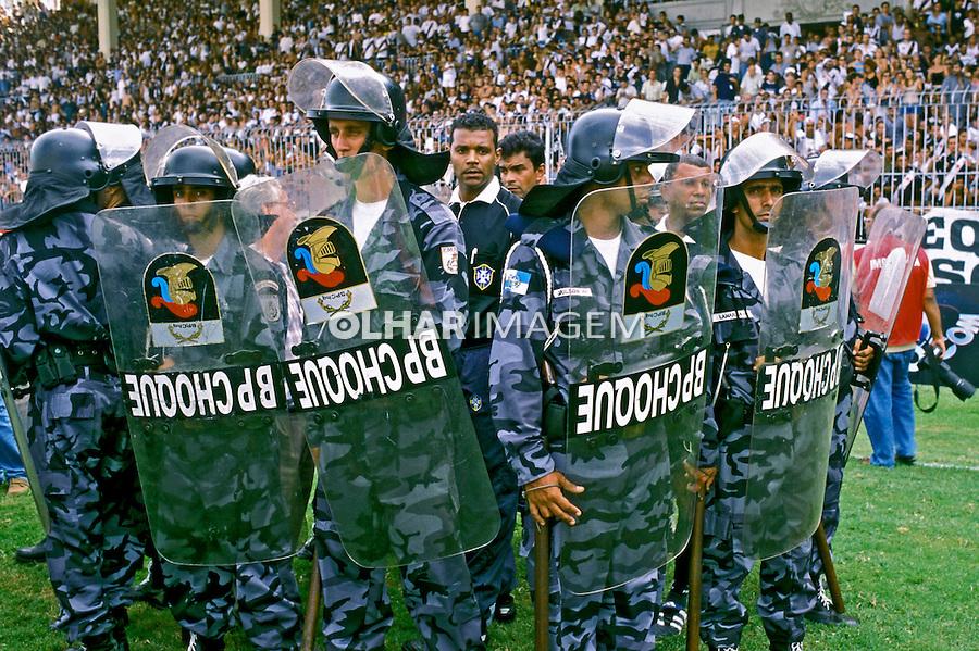 Tropa de choque e juíz em campo de futebol. RJ. 2000. Foto de Ricardo Azoury.