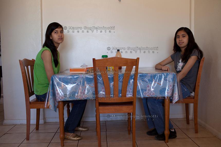 USA Tucson Arizona US-Mexico border Immigrati clandestini integrati Sans papiers mexicains intégrés illegal immigrants already living in US and well integrated in the Community Due ragazze sedute a tavola