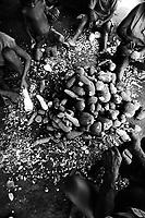 Família de indígenas tukano trabalham descascando mandioca a beira do rio Curicuriari, tributário do rio Negro.<br /> ©Paulo Santos