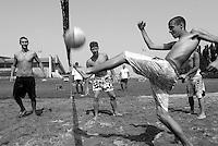 ragazzi che giocano a calcio volley