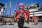 """Moines exécutant les danses du Cham devant la foule des pélerins. Les moines portent des masques représentant des """"esprits"""". Chaque moine s'identifie à l'esprit dont il porte le masque en chantant. Les danses évoquent généralement la victoire des forces du Bien sur les forces du Mal. Chine. Tibet. Gansu. Monastère de Labrang. Fête du Monlam. China. Tibet. Labrang monastery. Monlam feast."""