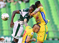 PALMIRA - COLOMBIA, 02-02-2019: Deiber Caicedo del Cali disputa el balón con Tomas Maya y Felipe Cardoza de Huila durante partido por la fecha 3 de la Liga Águila I 2019 entre Deportivo Cali y Atletico Huila jugado en el estadio Deportivo Cali de la ciudad de Palmira. / Deiber Caicedo of Cali vies for the ball with Tomas Maya and Felipe Cardoza of Huila during match for the date 3 as a part Aguila League I 2019 between Deportivo Cali and Atletico Huila played at Deportivo Cali stadium in Palmira city.  Photo: VizzorImage/ Nelson Rios / Cont