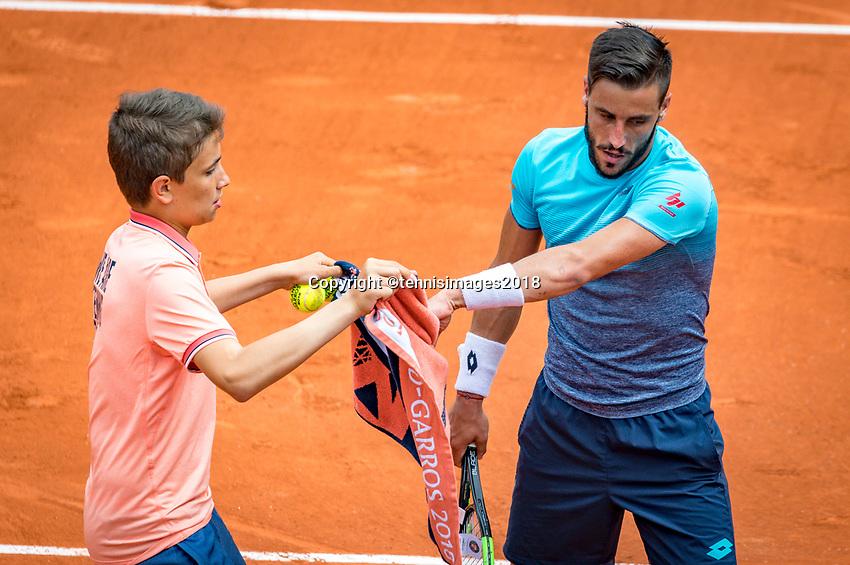Paris, France, 01 June, 2018, Tennis, French Open, Roland Garros, Damir Dzumhur (BIH) gets a zowel from a ballboy<br /> Photo: Henk Koster/tennisimages.com