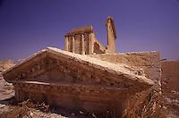 SIRIA - sito di Palmira(Tadmor)   tempio di bel -piccolo  frontone caduto