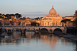 Italy, Lazio, Rome: St Peter's Basilica and the River Tiber and Ponte Sant'Angelo at dawn | Italien, Latium, Rom: der Petersdom, die Ponte Sant'Angelo und der Tiber zur Morgendaemmerung