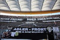 Fans von Eintracht Frankfurt verabschieden mit einer Choreo einen verstorbenen Freund
