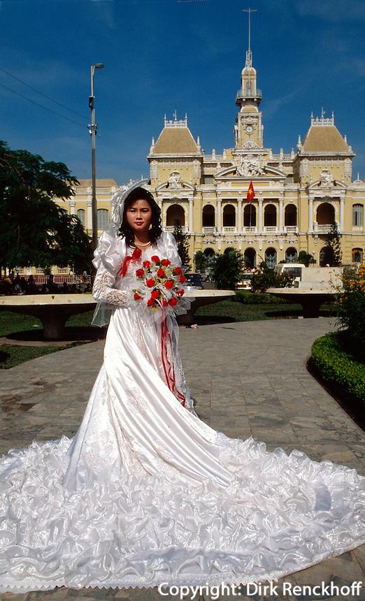 Braut vor Rathaus in Saigon, Vietnam