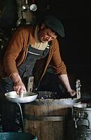 """Europe/France/Auvergne/12/Aveyron: Aubrac - Fabrication de la """"Fourme de Laguiole"""" au buron de Canut [Non destiné à un usage publicitaire - Not intended for an advertising use]  (<br /> PHOTO D'ARCHIVES // ARCHIVAL IMAGES<br /> FRANCE 1980"""