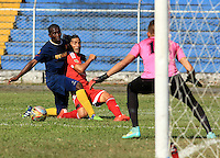 TULUA - COLOMBIA -11-07-2015: Ernesto Farias (Der.) jugador de America disputa el balón con Duberley Cayapu (Izq.) jugador de Bogota FC durante  partido America y Bogota FC por la fecha 1 del Torneo Aguila II 2015 en el estadio 12 de Octubre de la ciudad de Tulua. / Ernesto Farias  (R) player of America fights for the ball with Duberley Cayapu (L) player of Bogota FC during a match between America and Bogota FC for the date 1 of the Torneo Aguila II 2015 at the 12 Octubre stadium in Tulua city. Photo: VizzorImage / Juan C Quintero / Cont.