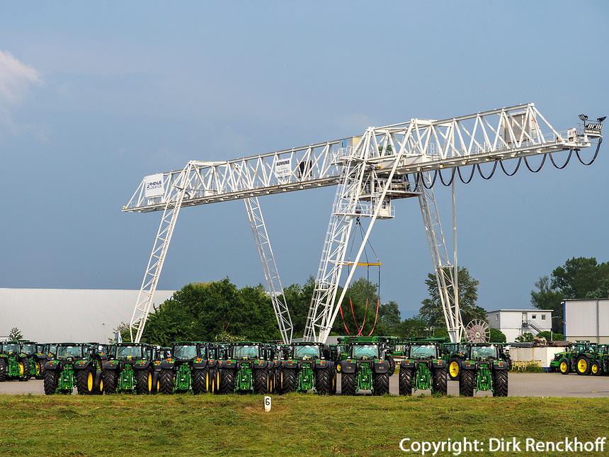 Traktoren am Oberrhein,  Rheinland-Pfalz, Deutschland, Europa<br /> tractors at Upper Rhine, Rhineland-Palatinate, Germany, Europe