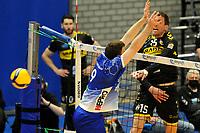 24-04-2021: Volleybal: Amysoft Lycurgus v Draisma Dynamo: Groningen Dynamo speler Sjoerd Hoogendoorn slaat de bal langs Lycurgus speler Eric van der Schaaf
