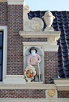 Nederland-  Alkmaar- September 2020.  Provenhuys. Het Provenhuis van Nordingen. Man met schild. Het Huis van Achten of het Provenhuis van Johan van Nordingen is een hofje / provenhuis in Alkmaar.  Het hofje werd gesticht in 1656. Het is gebouwd voor zes tot acht oude mannen.  De regenten van het te stichten huis mochten niet op religie letten.  De reden dat Johan zijn provenhuis voor oude mannen bestemde, was bijzonder. De meeste Alkmaarse hofjes waren bedoeld voor vrouwen. Er was in Alkmaar één ander gesticht voor mannen, het Huis van Zessen. Maar dit provenhuis nam alleen katholieke mannen op. Foto : ANP/ HH / Berlinda van Dam