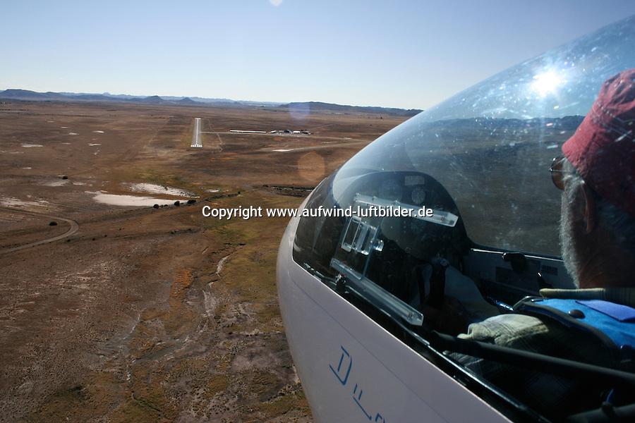 4415 / Flugplatz Gariepdam: AFRIKA, SUEDAFRIKA, 12.01.2007:Flugplatz Gariepdam, Landeanflug mit einem Segelflugzeug vom Typ Duo Discus