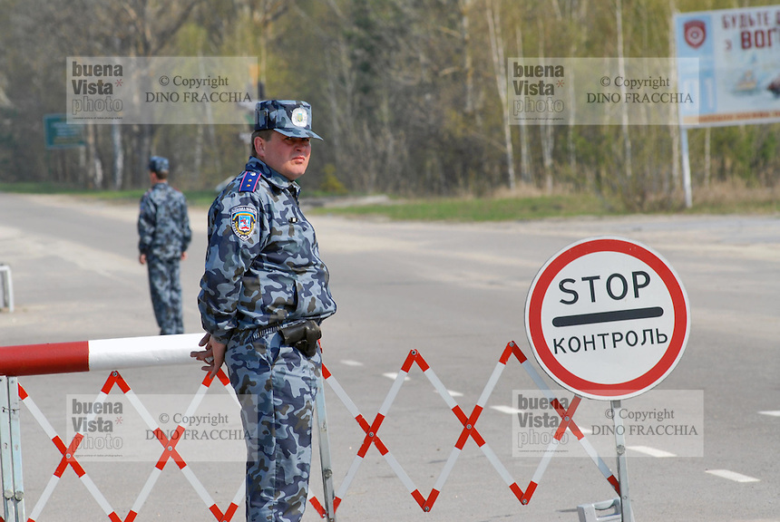 - 20 years from the nuclear incident of Chernobyl, checkpoint at the entry of the contaminated area of 30 kilometers around the place of catastrophe ....- 20 anni dall'incidente nucleare di Chernobyl, posto di controllo all'ingresso della zona contaminata di 30 chilometri intorno al luogo della catastrofe