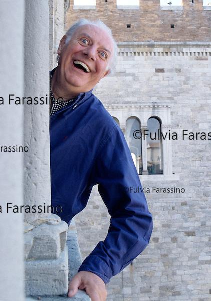 Todi, 1995 circa, Dario Fo dalla finestra della Biblioteca Comunale , about 1995, Dario Fo from the City Library window