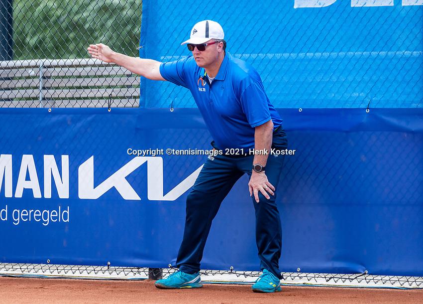 Amstelveen, Netherlands, 10 Juli, 2021, National Tennis Center, NTC, Amstelveen Womans Open, Singles final:  Linesman calls.<br /> Photo: Henk Koster/tennisimages.com