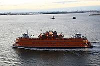 Staten Island Ferry im Sonnenuntergang von der Norwegian Breakaway im Hudson River