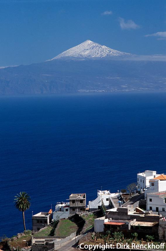 Spanien, Kanarische Inseln, Gomera, Blick auf Agulo und Vulkan Teide auf Teneriffa