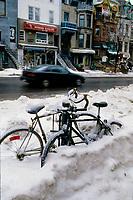 La crise du verglas en janvier 1998<br /> au centre-villle de Montreal<br /> <br /> PHOTO : Agence Quebec Presse - Pierre Roussel
