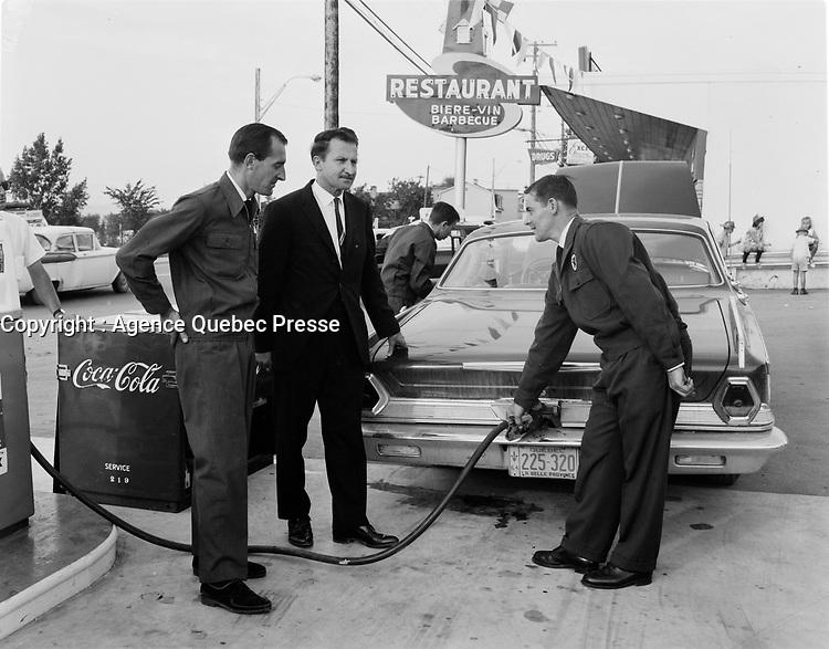 Pompistes  portant l'uniforme, <br /> Quebec, Aout 1964 <br /> <br /> PHOTO : : Agence Quebec Presse