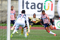 ITAGÜI - COLOMBIA - 20-09-2013: Luis Quiñonez (Cent.) jugador del Itagüi Ditaires disputa el balón con Pablo Maldonado (Der.) y Sebastian Viera jugadores del Atletico Junior durante el partido en el estadio Ditaires de la ciudad de Itagüi, septiembre 20 de 2013. Itagüi Ditaires y Atletico Junior durante partido por la decima  fecha de las de la Liga Postobon II. (Foto: VizzorImage / Luis Rios / Str). Luis Quiñonez (C), player of Itagüi Ditaires vies for the ball with Pablo Maldonado (R) and Sebastian Viera (L) players of Atletico Junior during a math in the Ditaires Stadium in Itagüi city, September 20, 2013. Itagüi Ditaires and Atletico Junior in a match for the tenth round of the Postobon II League. (Photo: VizzorImage / Luis Rios / Str).