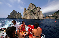 Ausflugsboot vor den Faraglioni-Felsen, Capri, Italien