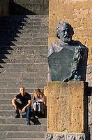 Europe/Italie/Ombrie/Orvieto : Escalier du palais du peuple et statue d'Adolfo Cozza