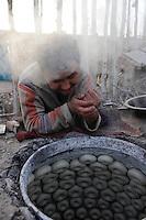 CHINA province Xinjiang, city Kashgar where uyghur people are living, bakery / CHINA Provinz Xinjiang, Stadt Kashgar hier lebt das Turkvolk der Uiguren die durch Zuwanderung von Han Chinesen zur Minderheit werden, Baeckerei