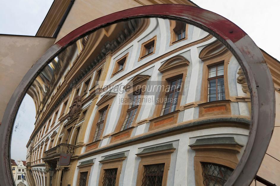 Europe/République Tchèque/Prague:Reflet d'une maison baroque sur l'esplanade du Château ,quartier Hradcany