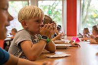 Die Berliner Bildungssenatorin Sandra Scheeres (SPD) besuchte am Mittwoch den 7. August 2019 die Martin-Niemoeller-Grundschule in Berlin-Hohenschoenhausen, um Medienvertreter ueber das kostenlose Mittagessen an Schulen zu informieren.<br /> Im Bild: Schulkinder beim Mittagessen.<br /> 7.8.2019, Berlin<br /> Copyright: Christian-Ditsch.de<br /> [Inhaltsveraendernde Manipulation des Fotos nur nach ausdruecklicher Genehmigung des Fotografen. Vereinbarungen ueber Abtretung von Persoenlichkeitsrechten/Model Release der abgebildeten Person/Personen liegen nicht vor. NO MODEL RELEASE! Nur fuer Redaktionelle Zwecke. Don't publish without copyright Christian-Ditsch.de, Veroeffentlichung nur mit Fotografennennung, sowie gegen Honorar, MwSt. und Beleg. Konto: I N G - D i B a, IBAN DE58500105175400192269, BIC INGDDEFFXXX, Kontakt: post@christian-ditsch.de<br /> Bei der Bearbeitung der Dateiinformationen darf die Urheberkennzeichnung in den EXIF- und  IPTC-Daten nicht entfernt werden, diese sind in digitalen Medien nach §95c UrhG rechtlich geschuetzt. Der Urhebervermerk wird gemaess §13 UrhG verlangt.]