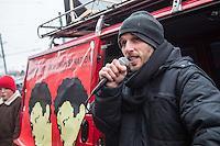 Demonstration in Dessau anlaesslich des 12. Todestages des Fluechtling Oury Jalloh, der am 7. Januar 2005 unter bislang nicht geklaerten Umstaenden in Polizeihaft, in der Zelle gefesselt, bei lebendigem Leib verbrannte.<br /> An der Demonstration beteiligten sich ca. 1.500 Menschen.<br /> Im Bild: Mal Eleve, Saenger der Musikgruppe Irie Revolte, singt vor Beginn der Demonstration.<br /> 7.1.2017, Dessau<br /> Copyright: Christian-Ditsch.de<br /> [Inhaltsveraendernde Manipulation des Fotos nur nach ausdruecklicher Genehmigung des Fotografen. Vereinbarungen ueber Abtretung von Persoenlichkeitsrechten/Model Release der abgebildeten Person/Personen liegen nicht vor. NO MODEL RELEASE! Nur fuer Redaktionelle Zwecke. Don't publish without copyright Christian-Ditsch.de, Veroeffentlichung nur mit Fotografennennung, sowie gegen Honorar, MwSt. und Beleg. Konto: I N G - D i B a, IBAN DE58500105175400192269, BIC INGDDEFFXXX, Kontakt: post@christian-ditsch.de<br /> Bei der Bearbeitung der Dateiinformationen darf die Urheberkennzeichnung in den EXIF- und  IPTC-Daten nicht entfernt werden, diese sind in digitalen Medien nach §95c UrhG rechtlich geschuetzt. Der Urhebervermerk wird gemaess §13 UrhG verlangt.]