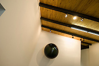 China, Peking (Beijing), Galleria Continua im Dashanzi Art District in ehemaligen Fabrikhallen, Jiuxianqiao Lu 4, Arbeit von Anish  Kapoor: bubble 1