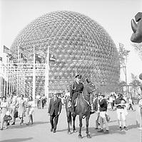 Policier ˆ cheval ˆ lÕExpo 67, 1967<br /> <br /> En arrire plan, le pavillon des ƒtats-Unis. Photographie par RhŽal Benny.