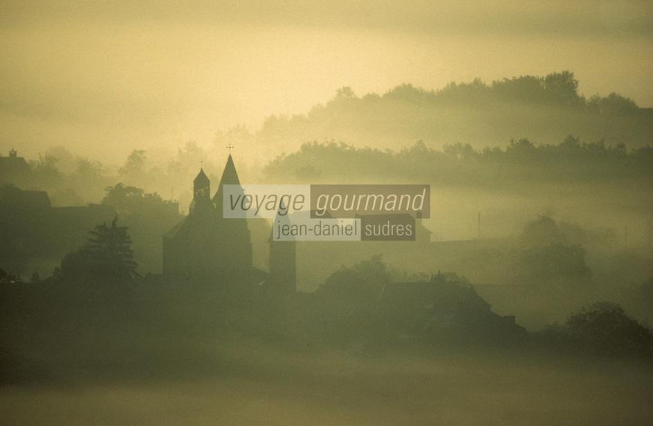 Europe/France/Limousin/19/Corrèze/Collonges-la-Rouge : Le village et l'église sous la brume